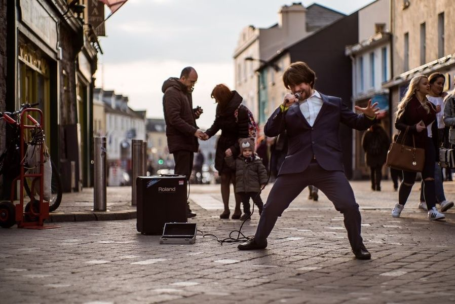 Listening to music in Galway is a good free thing to do in Ireland